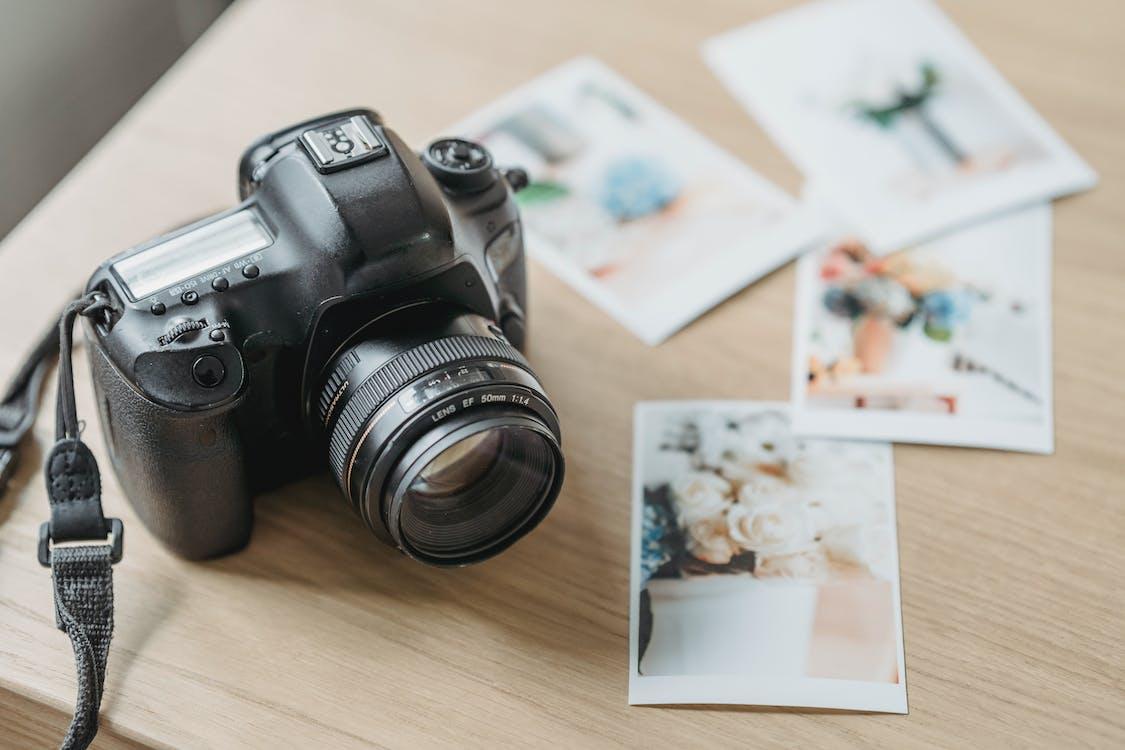 Câmera fotográfica com fotos impressas