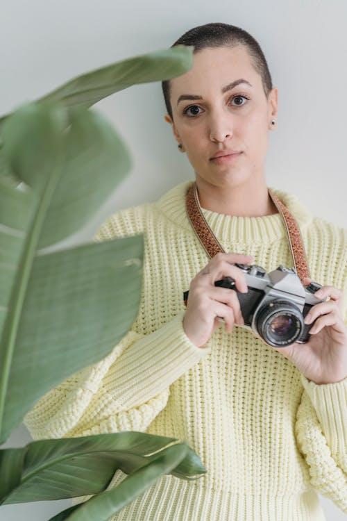 Photos gratuites de à l'intérieur, appareil photo, arrière-plan blanc