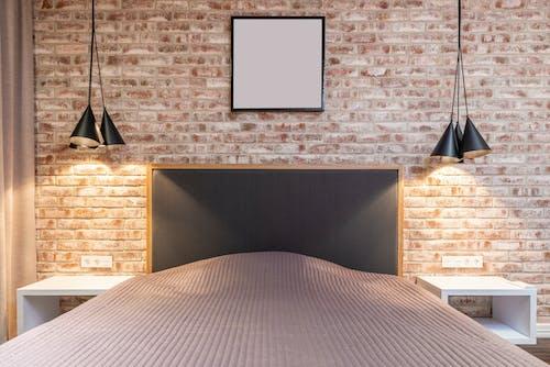 Gratis stockfoto met bakstenen muur, bed, binnen