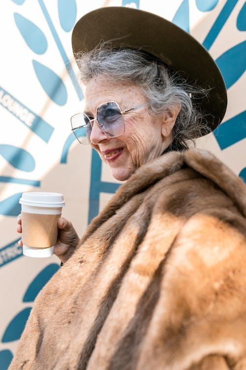 Fotos de stock gratuitas de abrigo de piel, abuela, abuela activa