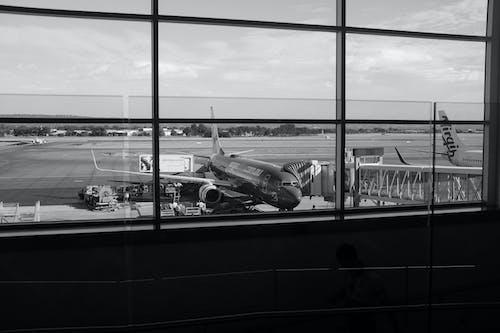 Foto profissional grátis de aeroporto, hangar, P&B