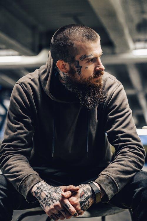 Безкоштовне стокове фото на тему «автомобіль, борода, верхній одяг»