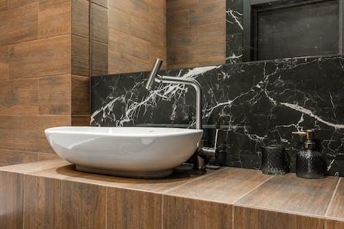 Kostenloses Stock Foto zu architektur, badezimmer, chrom