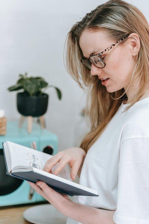 Foto stok gratis baca, bayangan, belajar