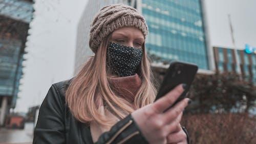 Gratis lagerfoto af ansigtsmaske, berørte, by