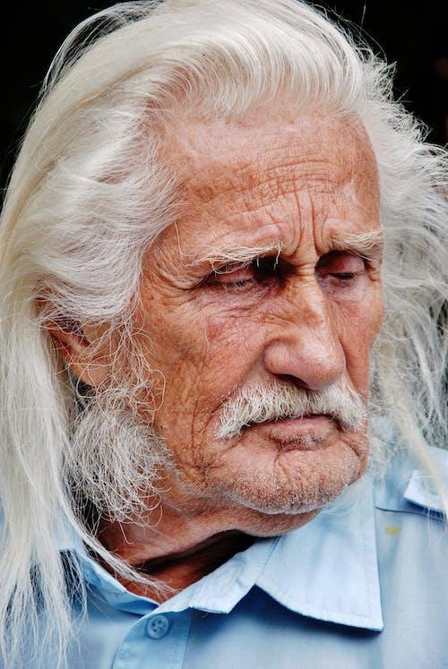 Gratis arkivbilde med eldre, eldre mann, langt hår, mann