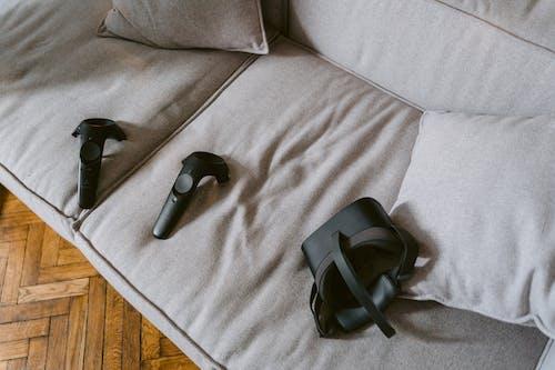 Immagine gratuita di auricolare realtà virtuale, controller vr, divano