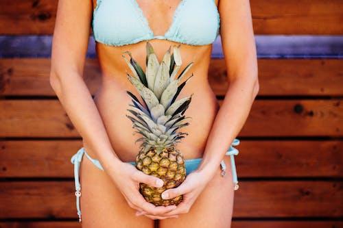 Photos gratuites de ananas, bikini, bois, corps