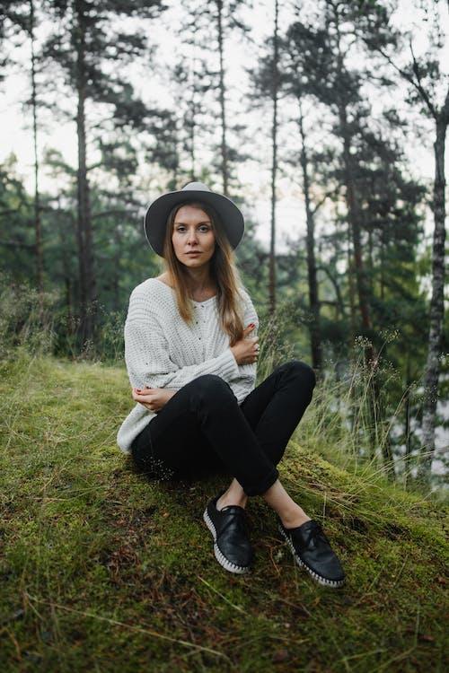 Бесплатное стоковое фото с fashion, model, вязаный свитер