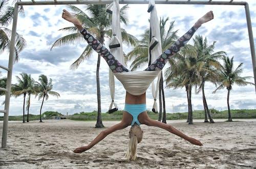 Foto profissional grátis de areia, beira-mar, bem-estar, de cabeça para baixo