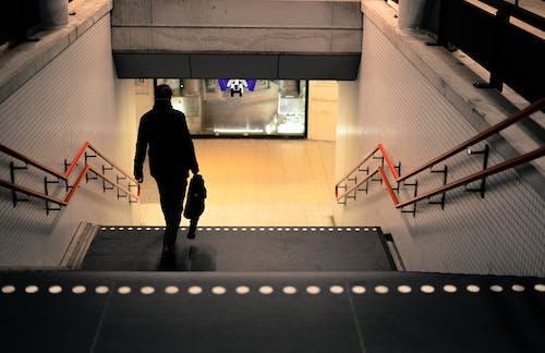 Photos gratuites de escalier, exposition, gare, homme