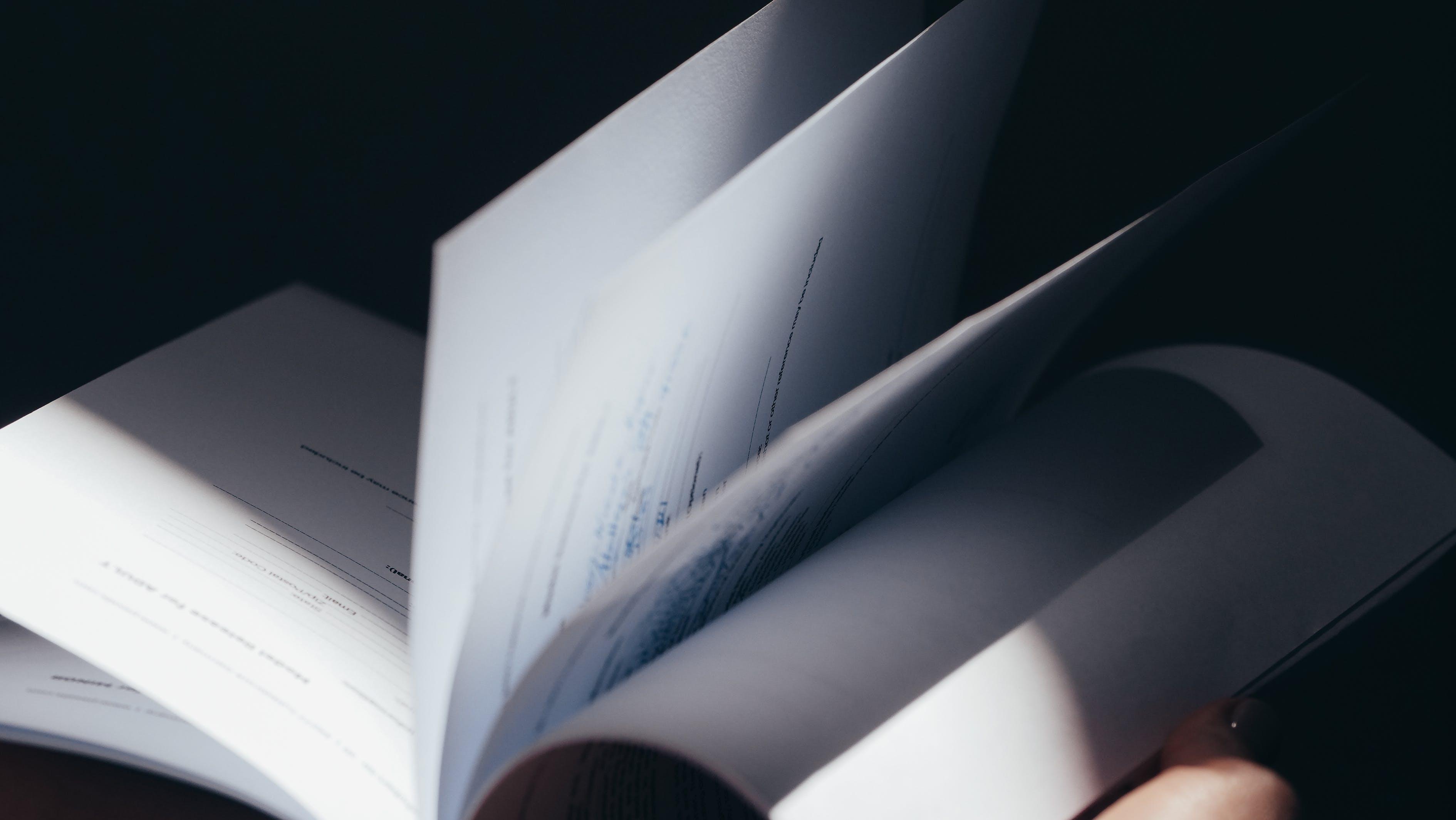 Une Personne Qui Retourne Les Pages D'un Livre