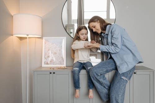 Photos gratuites de à l'intérieur, armoire en bois, enfant