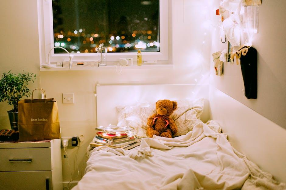 Mainan Mewah Beruang Cokelat di Tempat Tidur Penghibur Putih Di Kamar Tidur Terang