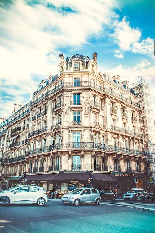 Ilmainen kuvapankkikuva tunnisteilla arkkitehti, arkkitehtuuri, autot, hotelli
