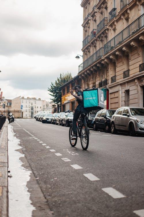 Бесплатное стоковое фото с автомобиль, архитектура, велосипед
