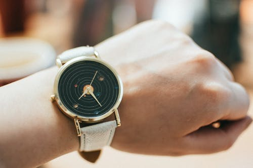 Darmowe zdjęcie z galerii z analogowy, czas, dama, damski zegarek