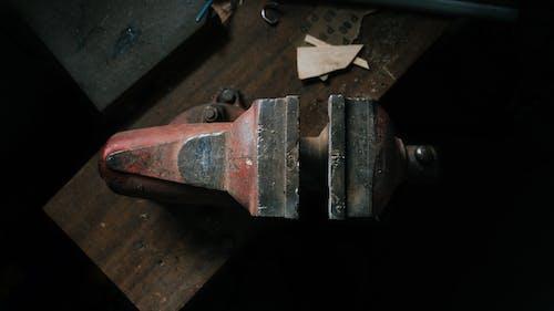 Darmowe zdjęcie z galerii z drewniane biurko, metal, narzędzie, zacisk