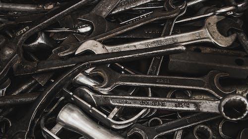Darmowe zdjęcie z galerii z klucz, metal, narzędzie, szczypce