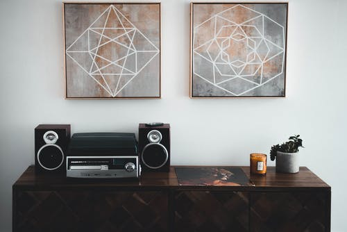 Schwarzes Regal Stereo Auf Braunem Holz Sideboard