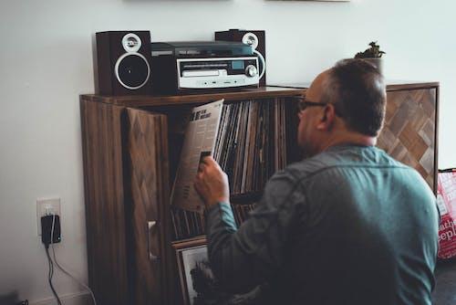 Бесплатное стоковое фото с альбом, в помещении, Взрослый, дерево