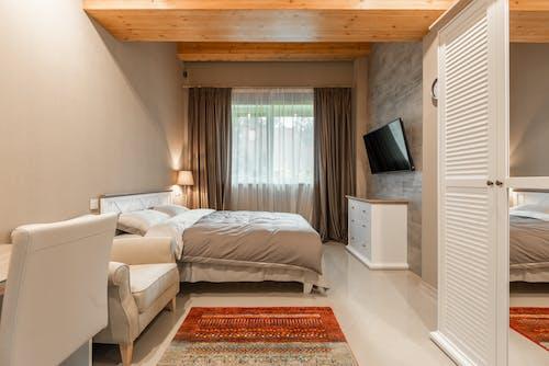 Бесплатное стоковое фото с белый, в помещении, гардероб