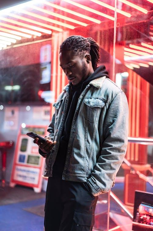 Безкоштовне стокове фото на тему «SMS, афроамериканський чоловік, барвистий»