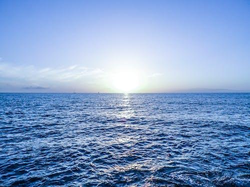 Kostenloses Stock Foto zu blauer himmel, blaues wasser, dämmerung, hell
