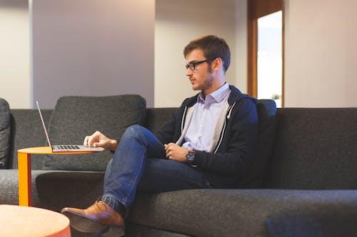 Foto profissional grátis de aprendendo, calçados, casual, computador