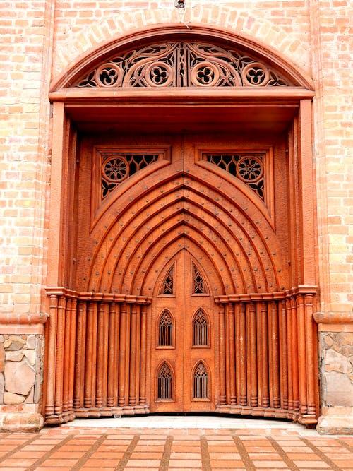 Foto profissional grátis de porta da igreja