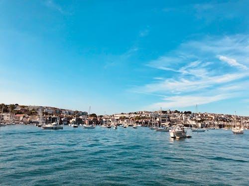 Foto d'estoc gratuïta de aigua, badia, barques, cel