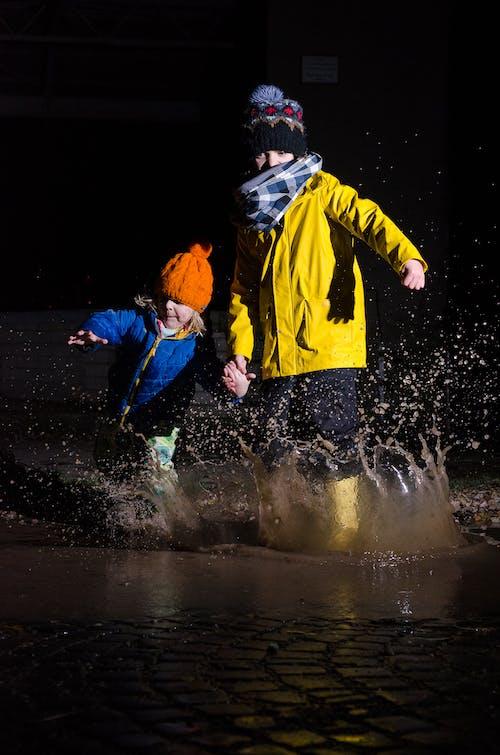 Gratis lagerfoto af børn, familie, sprøjt, vandpyt