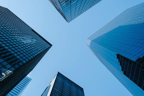 Kostenloses Stock Foto zu architektur, blauem hintergrund, blauer himmel