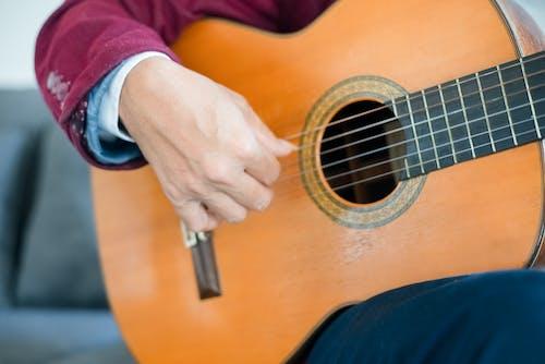 Základová fotografie zdarma na téma akustická kytara, brnkání, dovednost