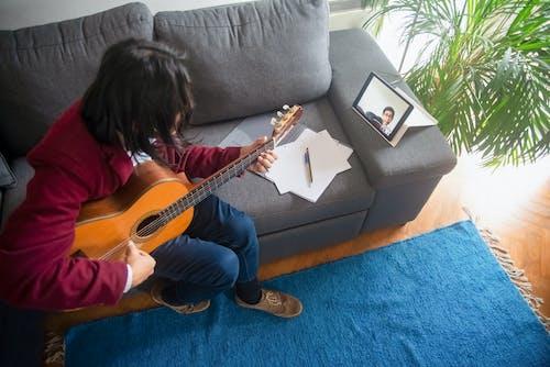 Gratis stockfoto met aan het leren, akoestisch, akoestische gitaar