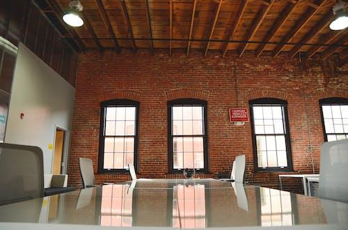 Kostenloses Stock Foto zu arbeitsplatz, backstein, beschleuniger, büro