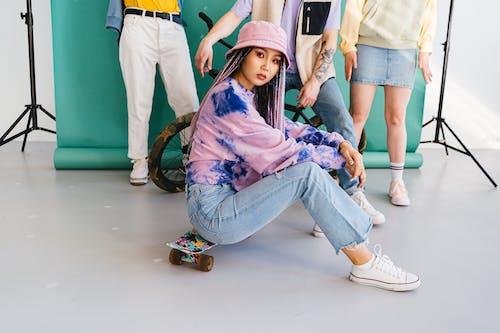 Fotos de stock gratuitas de adolescente, llevando, maqueta