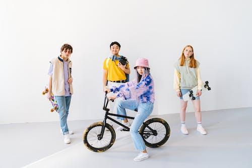 Foto d'estoc gratuïta de adolescents, amics, bici