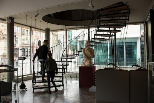 Ingyenes stockfotó #emberek, #kiállítás, #lépcsők, #múzeum témában