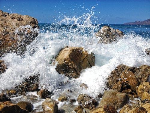 Δωρεάν στοκ φωτογραφιών με ακτή, αφρός, βουτιά, βράχια