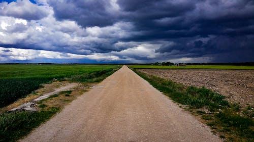 Бесплатное стоковое фото с голубое небо, голубой, грязная дорога, дневной свет