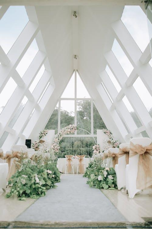 Fiore Bianco Sul Tavolo Bianco