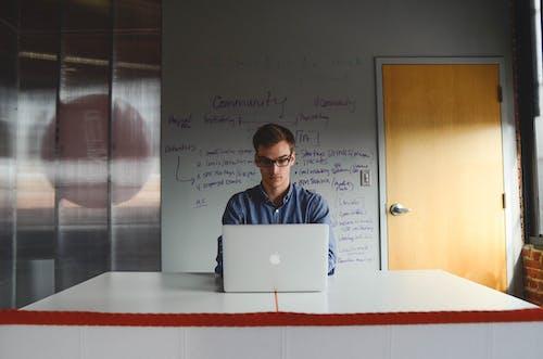 Kostenloses Stock Foto zu arbeitsplatz, büro, held, laptop