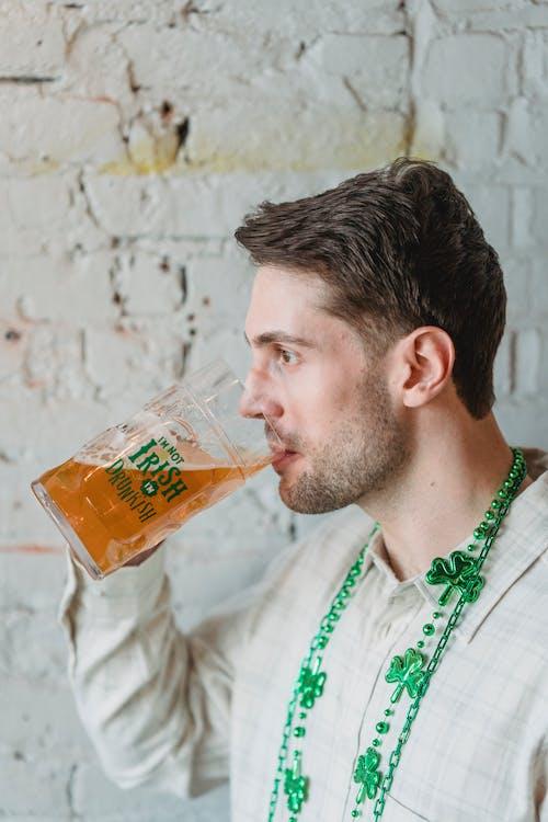 Gratis stockfoto met alcohol, bakstenen muur, bier