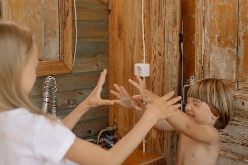Gratis stockfoto met badkamer, broer en zus, broers en zussen