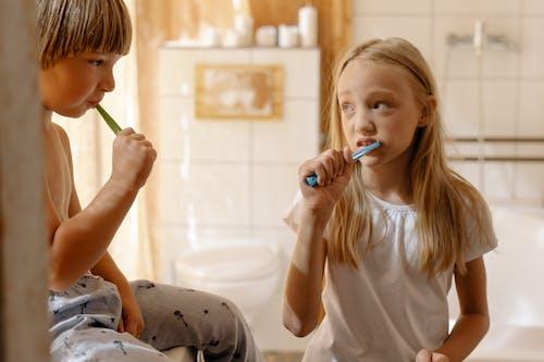 Gratis stockfoto met broer en zus, broers en zussen, hygiëne