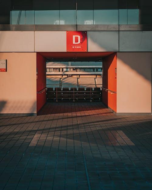 bina, cam eşyalar, Futbol içeren Ücretsiz stok fotoğraf