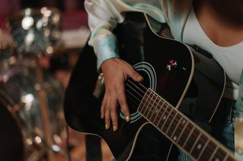 Immagine gratuita di chitarra acustica, mano, musica
