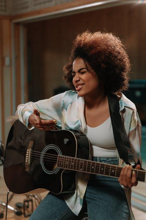 Foto profissional grátis de afro-americano, cabelo afro, estúdio de música