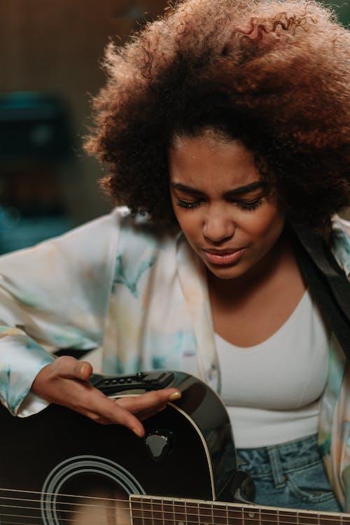 Безкоштовне стокове фото на тему «акустична гітара, афро волосся, афроамериканський»